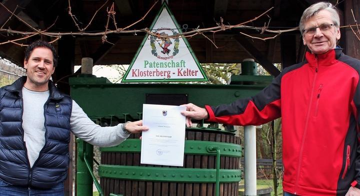 Lehmens Bürgermeister Arnold Waschgler (links) überreicht Dieter Möhring die Bürgerpreis-Urkunde stellvertretend für das gesamte ehrenamtliche Helfer-Team der Gemeinde. Lehmens Bürgermeister Arnold Waschgler (links) überreicht Dieter Möhring die Bürgerpreis-Urkunde stellvertretend für das gesamte ehrenamtliche Helfer-Team der Gemeinde.